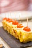 Tapas y queso de la tortilla española con pinchos de la cebolla Fotografía de archivo