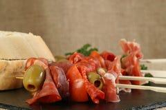 Tapasfleisch mit Oliven und krustigem Brot Lizenzfreies Stockfoto