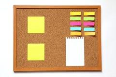 Tape al tablero con corcho con el documento de nota sobre el fondo blanco Imagen de archivo libre de regalías