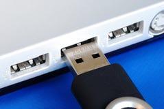 Tape el mecanismo impulsor del salto del USB a una computadora portátil Foto de archivo