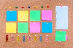 Tape el tablero con corcho con las notas multicoloras, trayectoria de recortes incluida Fotos de archivo