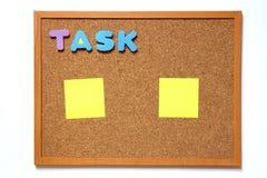Tape el tablero con la fraseología de la tarea y la nota con corcho de papel sobre el fondo blanco Foto de archivo libre de regalías
