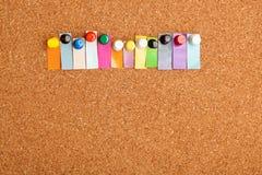Tape el tablero y la palabra colorida de doce letras con corcho que va a Imágenes de archivo libres de regalías