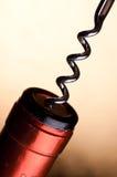 Tape el tornillo con corcho en el corcho de una botella de vino Fotos de archivo libres de regalías