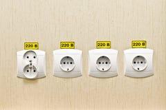 Tape el zócalo 220 voltios en la pared de la oficina Fotografía de archivo