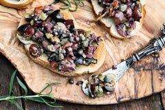 Tapenade sur le pain grillé avec Rosemary photographie stock