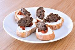 Tapenade-Toast Stockfotos