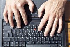Taper d'ordinateur portatif image libre de droits