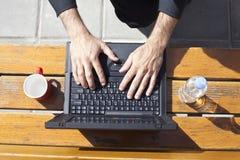 Taper d'ordinateur portatif images libres de droits