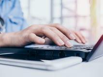 taper d'ordinateur portatif de clavier photographie stock libre de droits