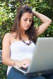 Taper de jeune femme photos libres de droits