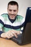 taper de sourire d'homme d'ordinateur portatif d'ordinateur photographie stock