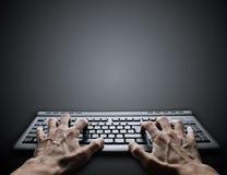 Taper dur sur le clavier Images libres de droits