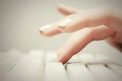 taper femelle de clavier de main d'ordinateur photo stock