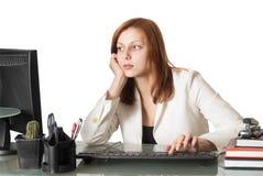 Taper femelle de secrétaire sur un clavier d'ordinateur photo stock