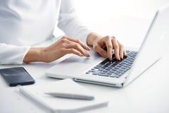 Taper sur le clavier photo stock