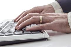 Taper sur le clavier images stock