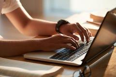 Taper sur le clavier photos libres de droits