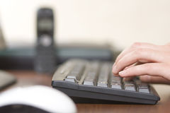 Taper sur le clavier d'ordinateur photo libre de droits