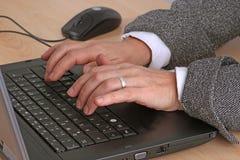 Taper sur un clavier image stock