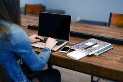 Taper sur un ordinateur portatif Photos libres de droits