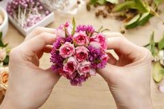 Étapes de faire le corsage de poignet Fleuriste au travail Image stock