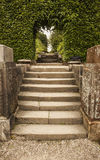 Étapes en pierre à arquer et marcher par la grange de Biddulph Images stock