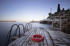 Étapes à la mer et à la bouée de sauvetage Photographie stock libre de droits