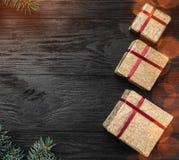 Tapet av vinterferier på svart bakgrund Sidogranfilialer Guld- gåvor Utrymme för text Top beskådar Xmas-fyrkantkort arkivbild