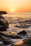 Tapet eller bakgrund med en sikt av havslandskapet i varma signaler fotografering för bildbyråer