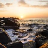 Tapet eller bakgrund med en sikt av havslandskapet i varma signaler arkivfoto