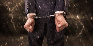 tapeta z zakończenie zakładającym kajdanki mężczyzna Obrazy Royalty Free