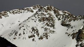 Tapete branco da neve na montanha vídeos de arquivo