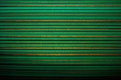 Tapete gestreift Hellgrüner Hintergrund in einem horizontalen Streifen der Goldfarbe, verdunkelt, Vignette lizenzfreie stockfotografie