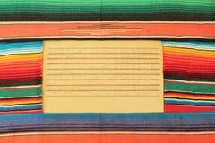 Tapete mexicano do poncho da festa em cores brilhantes foto de stock