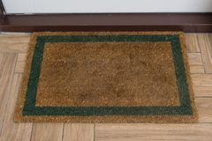 Tapete natural de Brown com contorno verde na frente do entra branco fotografia de stock royalty free