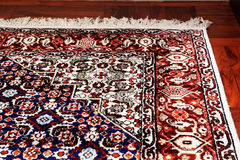 Tapete oriental persa no assoalho de madeira Imagem de Stock