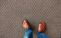 Tapete textured bonito com pés fotografia de stock royalty free