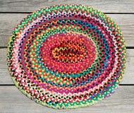 Tapete trançado da mão colorida do arco-íris fotografia de stock royalty free