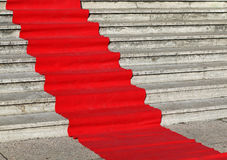 tapete vermelho elegante nas etapas largas Foto de Stock Royalty Free