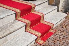 Tapete vermelho nas etapas de pedra. Fotos de Stock