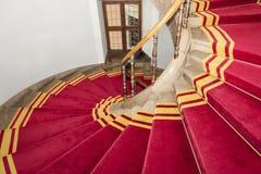 Tapete vermelho. Vão das escadas no palácio polonês. Castelo real em Varsóvia. fotografia de stock