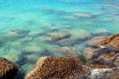 Tapeten av klart bl?tt tropiskt havsvatten med vaggar under yttersida royaltyfri foto