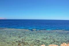 Tapeter för mobiltelefoner och minnestavlor, en variation av blått, himmel, hav, sten Royaltyfri Fotografi