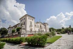 Tapeter natur, skönhet, härlig villabyggnad, orhitertury monument arkivfoton