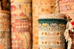 Tapetes coloridos feitos a mão em tons vibrantes para a venda no souke dos meios Fotografia de Stock