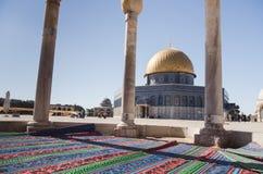 Tapetes de oração fora da abóbada da rocha, Jerusalém, Israel Imagem de Stock