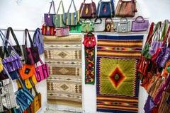 Tapetes e sacos tecidos feitos à mão mexicanos com ornamento mexicano fotos de stock