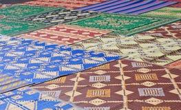 Tapetes para orações no pátio da mesquita nova Istambul Imagem de Stock