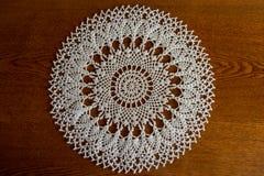 Tapetito blanco redondo del hanmdmade del cordón del ganchillo Foto de archivo libre de regalías